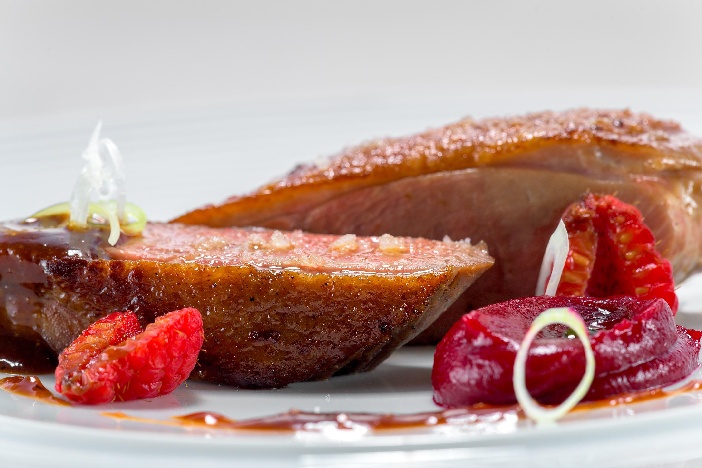 Φιλέτο πάπιας με πουρέ παντζάρι και τομάτας, raspberries με σόγια και σάλτσα ψητού με φουντούκια