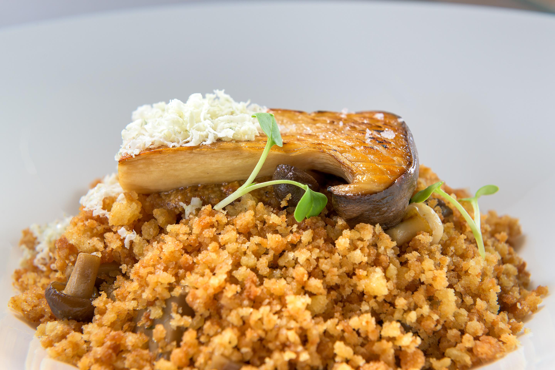 Κρέμα από μανιτάρια πορτσίνι με βασιλομανίταρα σοτέ, πέστο από φουντούκια και γκοργκοτζόλα.