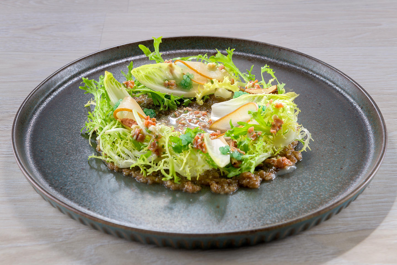 Σαλάτα σίκορε, αχλάδια, πέστο από καρύδια, μπέικον και πέρλες ροκφόρ